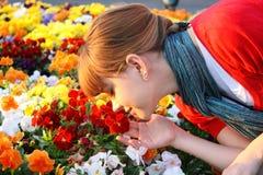 милый заход солнца обнюхивать девушки цветков Стоковая Фотография