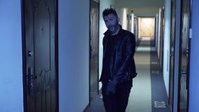 Милый зверский парень со стильной стрижкой, поддельная борода в танцах jaket в коридоре сток-видео