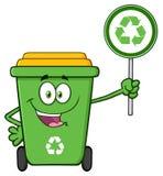 Милый зеленый характер талисмана шаржа мусорной корзины держа знак рециркулировать иллюстрация штока
