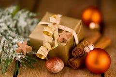 Милый золотой подарок рождества с украшением на древесине Стоковая Фотография