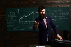 Милый зрачок порции учителя в классе на начальной школе Идеальное партнерство Изучающ математику воспитательную стоковое изображение rf