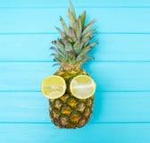 Милый зрелый весь ананас с отрезанным лимоном наблюдает стоковое фото rf