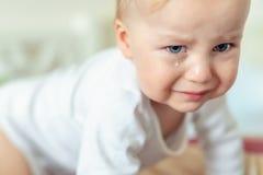 Милый кавказский белокурый портрет мальчика малыша плача дома во время hysterics Немногое чувство ребенка грустное Немногое тоскл стоковые изображения rf