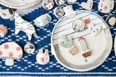 Милый керамический магнит в различных формах прелестных животных как полярный медведь, кот, слон, кролик, пингвин a Стоковые Фотографии RF