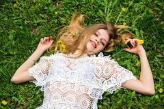 милый лежать травы девушки стоковое фото rf