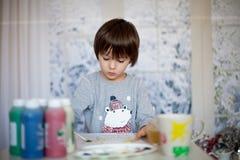 Милый маленький мальчик preschool, рисуя изображение дома Стоковое Изображение