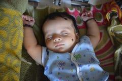 Милый маленький младенец спать дома стоковое фото rf
