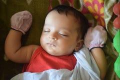 Милый маленький младенец спать дома стоковое изображение