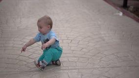 Милый маленький младенец стоит на улице и показывает его палец в замедленном движении акции видеоматериалы