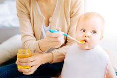 Милый маленький ребенок отвергая еду стоковые изображения