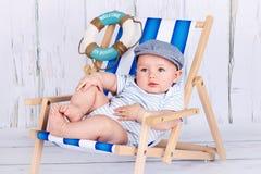 Милый маленький ребёнок сидя на sunbed стоковое фото rf