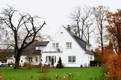 Милый малый серый старый дом типа мастера с белой загородкой Стоковые Изображения RF