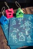 Милый малый фидер птицы и голубая схема конструкции Стоковое Изображение
