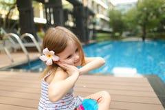 Милый малый человеческий ребенк девушки сидя близко к носить бассейна Стоковые Фото