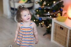 Милый малыш девушки в живущей комнате Стоковое фото RF