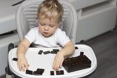 Милый малыш играя домино Концепция предыдущего развития ребенка Стоковая Фотография RF