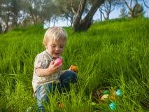 Милый малыш изучая пасхальные яйца Стоковые Фотографии RF