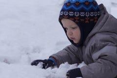 Милый малыш кладя на снег скопируйте космос Стоковая Фотография