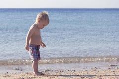 Милый малыш на пляже скопируйте космос Стоковые Фото