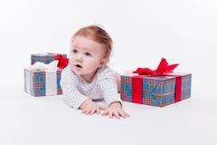 Милый малыш сидит в крышке ` s Нового Года красной на белом backgro Стоковые Фотографии RF