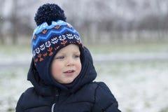 Милый малыш с красными щеками om съемка зимы заморозка скопируйте космос Стоковое фото RF