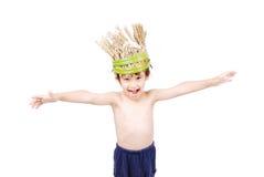 Милый малыш с шлемом пшеницы на головке стоковые изображения rf