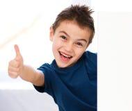 Милый мальчик держит пустое знамя стоковое изображение