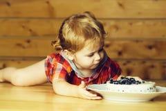 Милый мальчик ест торт стоковые фотографии rf