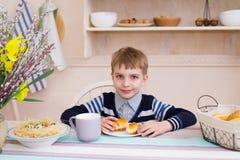 Милый мальчик имея завтрак в кухне Стоковая Фотография