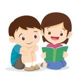 Милый мальчик и чтение девушки книга Стоковая Фотография RF