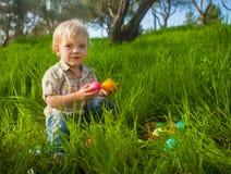 Милый мальчик малыша с 2 egss пасхи Стоковое Фото