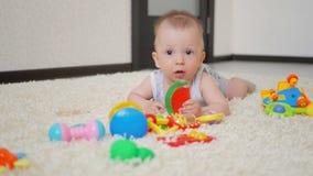 Милый мальчик матери и ребенка играет совместно внутри помещения дома Любящий малыш мамы и младенца играя и имея время потехи