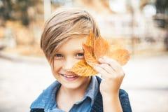 Милый мальчик на празднике осени в деревне Мальчик рекламирует одежды детей на осень Последние дни теплого стоковое изображение