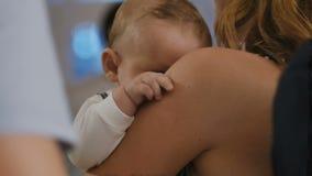 Милый мальчик на руках ` s матери сток-видео