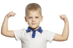 Милый мальчик показывает мышцы на руке, изолированной на белой предпосылке стоковые изображения rf