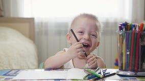 Милый мальчик ребенк крася дома, 1 - летняя картина с карандашами, счастливый preschooler ребенка ребенка малыша Творческая игра сток-видео