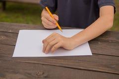 Милый мальчик рисуя дома Творческие способности детей Творческая картина ребенк на preschool Концепция развития и образования Hap стоковое изображение