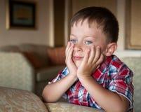Милый мальчик смотрит вперед Стоковое Фото