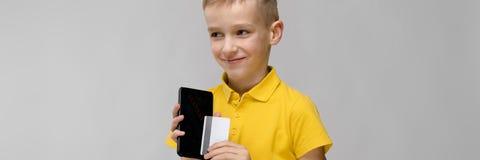 Милый мальчик с телефоном стоковое фото rf