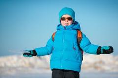 Милый мальчик outdoors на холодный день зимы Стоковое Изображение RF