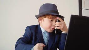 Милый менеджер босса ребенк говорит игру роли мобильного телефона сток-видео