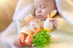 Милый младенец спать с украшениями пасхи Стоковые Изображения RF
