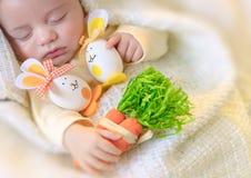 Милый младенец спать с украшениями пасхи Стоковая Фотография RF