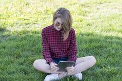 Милый модельный отдыхать на зеленом поле стоковые изображения rf
