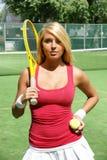 Милый молодой теннисист на суде с ракеткой и шариком стоковое изображение rf