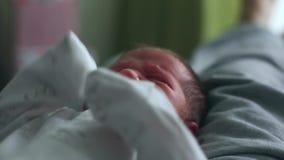 Милый один младенец месяца старый newborn кладет на его назад и плакать видеоматериал