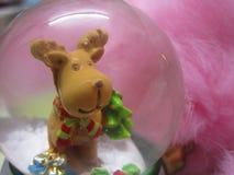 Милый орнамент глобуса снега северного оленя рождества против розовой предпосылки меха Стоковое Изображение
