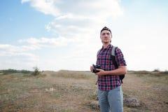 Милый парень и фотографируя с камерой Пеший туризм в горах с камерой Самое лучшее времяпровождение в лете стоковое изображение