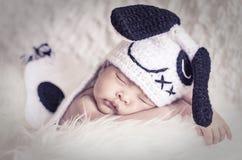 Милый прелестный newborn младенец спать на меховой циновке Материнство и концепция воспитания Стоковое Фото
