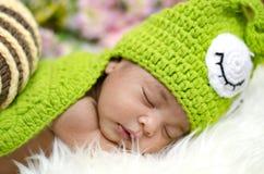 Милый прелестный newborn младенец спать на меховой циновке Материнство и концепция воспитания Стоковые Фотографии RF